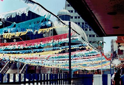 banderas y banderines de fiestas adornando calles