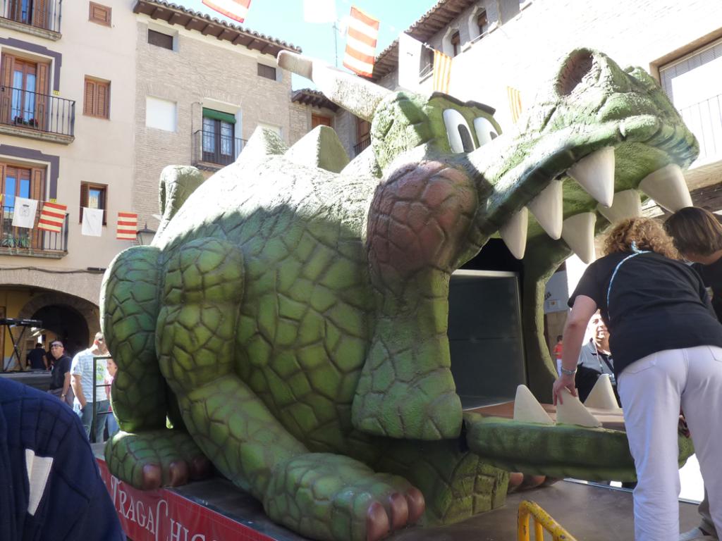 tragachicos de borja figura de dragón