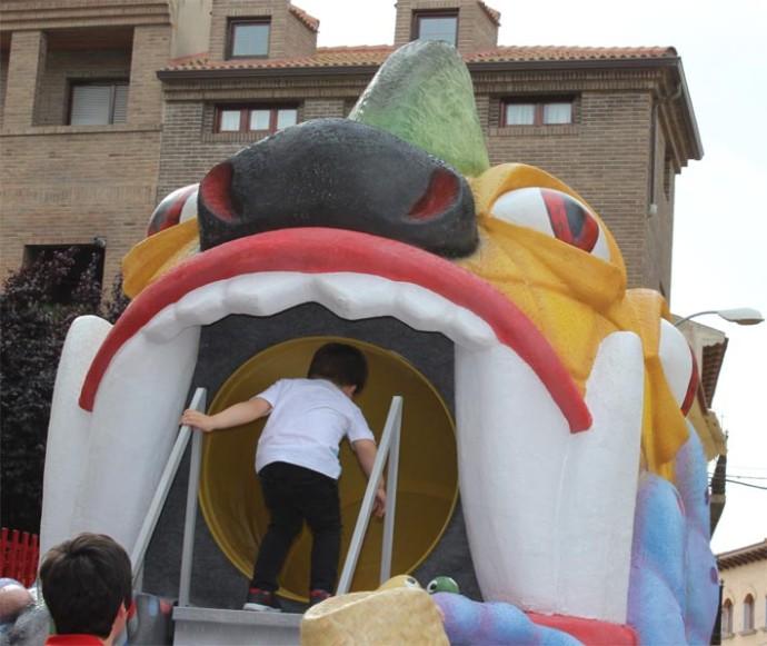 niños jugando con el tragachicos de Fuentes de Ebro